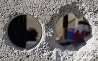 Как и чем заделать дыры в бетонной стене: большие, небольшие и сквозные отверстия?