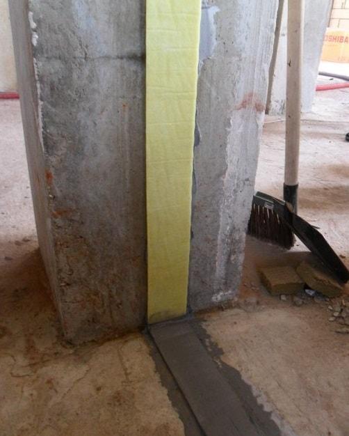 демпферный шов между основной стеной и перегородкой