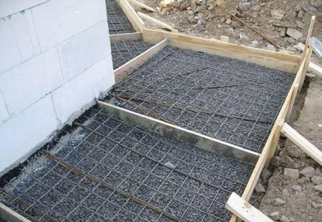 Армирование отмостки для дома с помощью металлической сетки