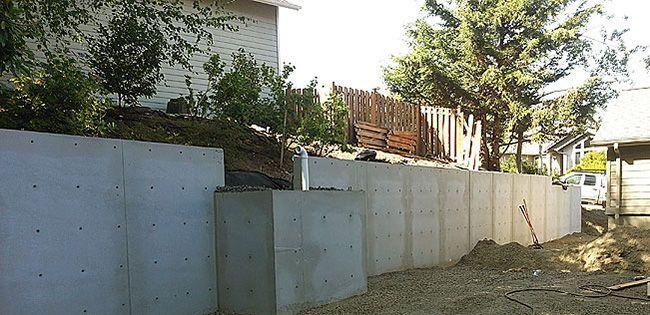Подпорные стены обустраивают на наклонных участках