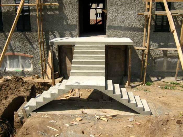 Входной бетонный лестничный блок