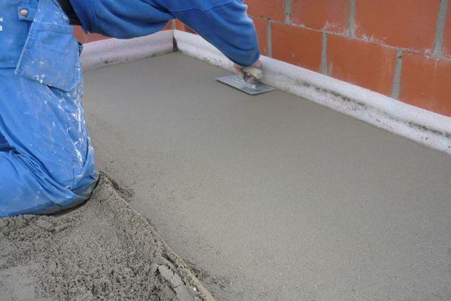 Чтобы выровнять бетонную стяжку используйте правило или гладилку