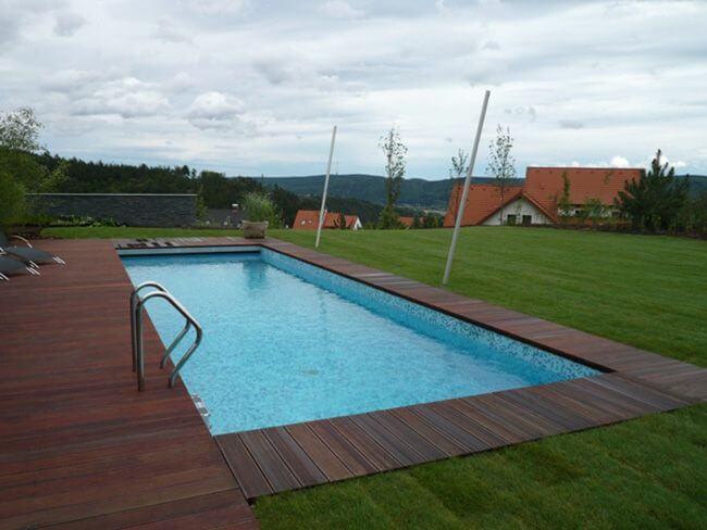 Бетонный бассейн на загородном участке