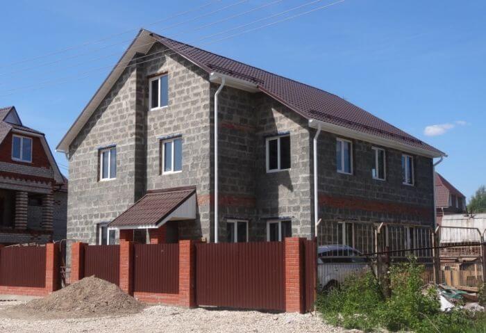 Трехэтажная постройка из арболитовых блоков