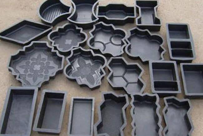 Готовые формы для изготовления плитки можно приобрести в строительных магазинах