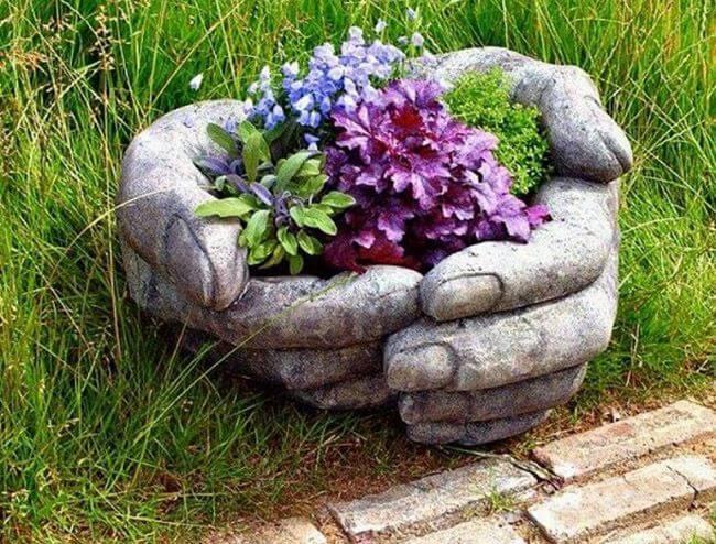 Клумба в форме рук