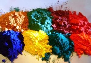 Для окраски используют также красители, которые добавляются в раствор бетона.