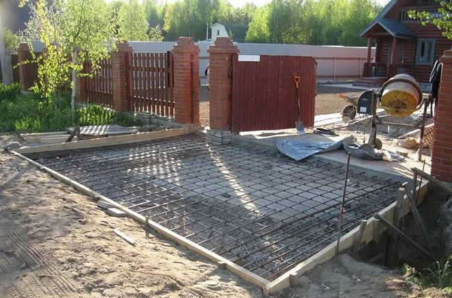 Для обустройства бетонного покрытия нужны материалы и бетономешалка