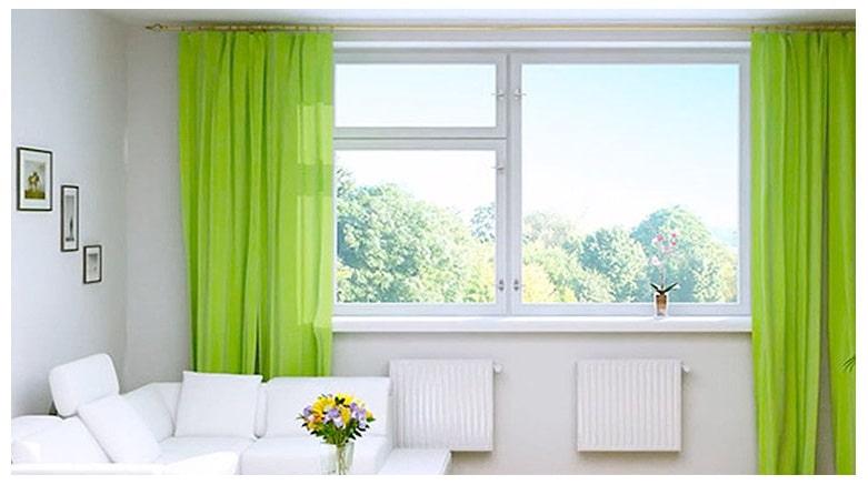 Естественный свет в комнате от больших окон