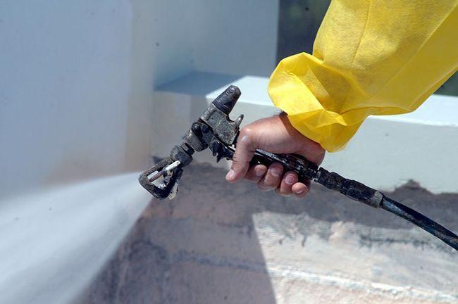 Напыление краски на бетон
