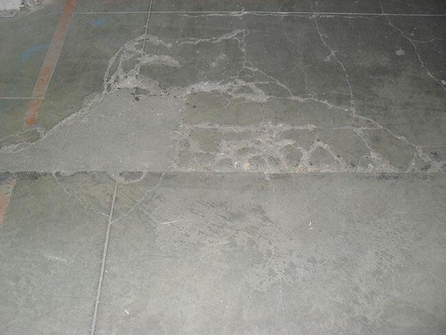 Поврежденный бетонный пол