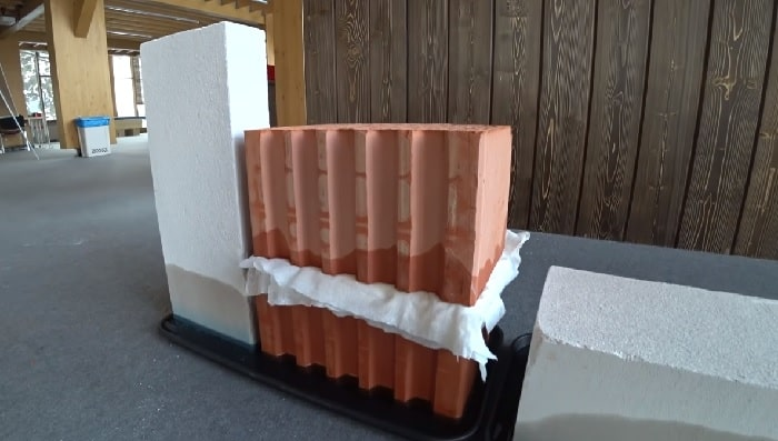 Эксперимент с капиллярным подсосом влаги между кирпичом и газоблоком