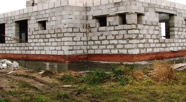 Нужен ли кирпичный цоколь под газобетонные стены