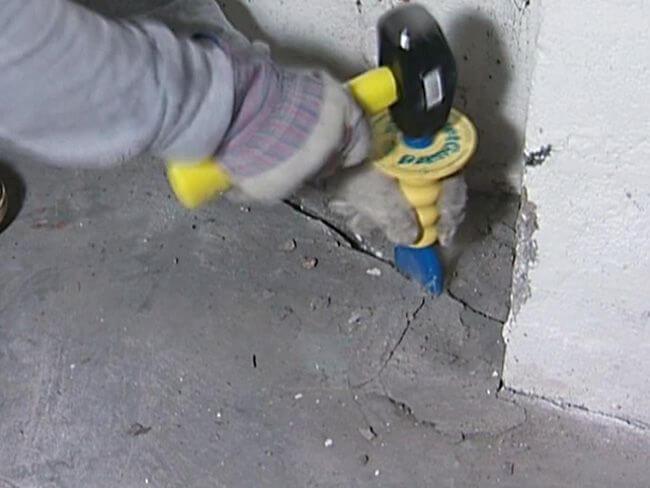 Расширяем трещины в бетонном полу