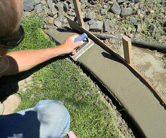 Укладка цементно-песчаной смеси в опалубку