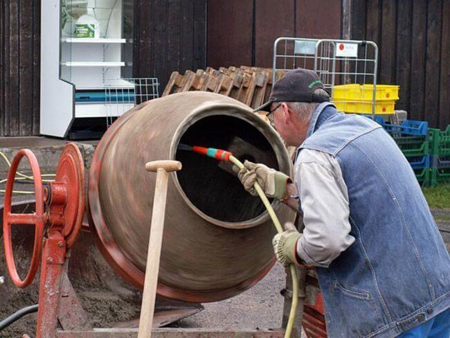 Очистка бетономешалки водой и щебнем