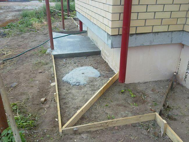Чтобы бетон не растекался, необходимо подготовить опалубку