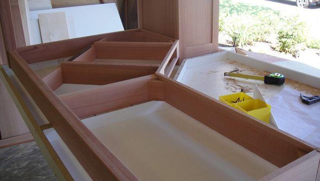 Стыки готовой столешницы должны приходиться на поперечные элементы каркаса