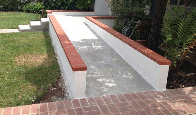 Пандус из бетона с опорой на стенки