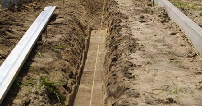 На дно канавы засыпаем слой щебня и песка