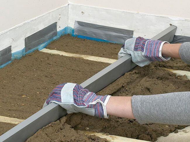Для самостоятельного бетонирования пола лучше всего использовать короткое правило с уровнем