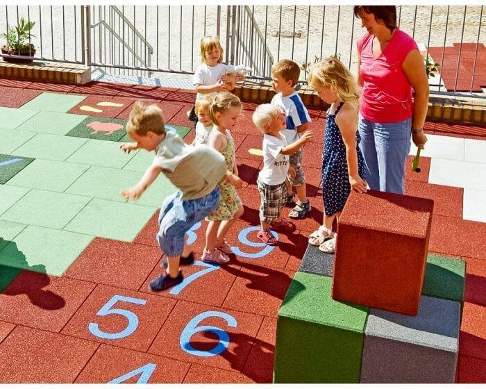 Резиновое напольное покрытия на детской площадке