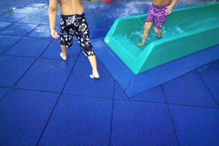 Плитка из резиновой крошки в бассейне