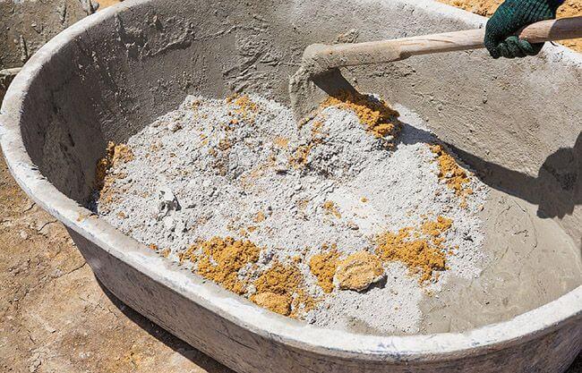 Самостоятельный замес бетона для отмостки загородного дома