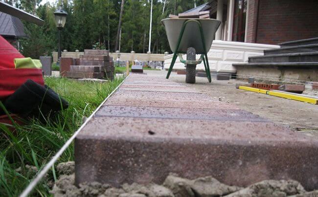 Тротуарная плитка на садовом участке
