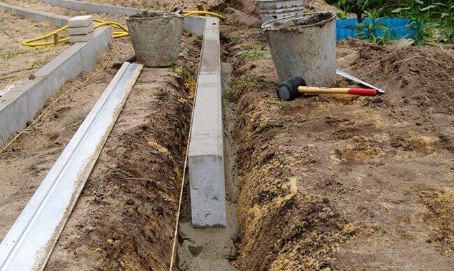 Бордюрный камень устанавливается на бетонный раствор