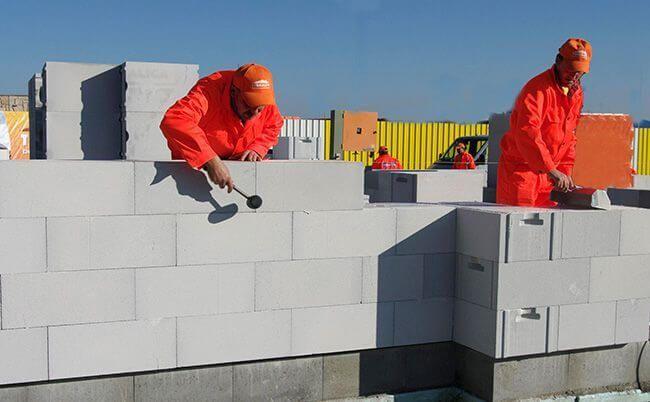 Один стандартный блок равен кладке из шести-восьми кирпичей