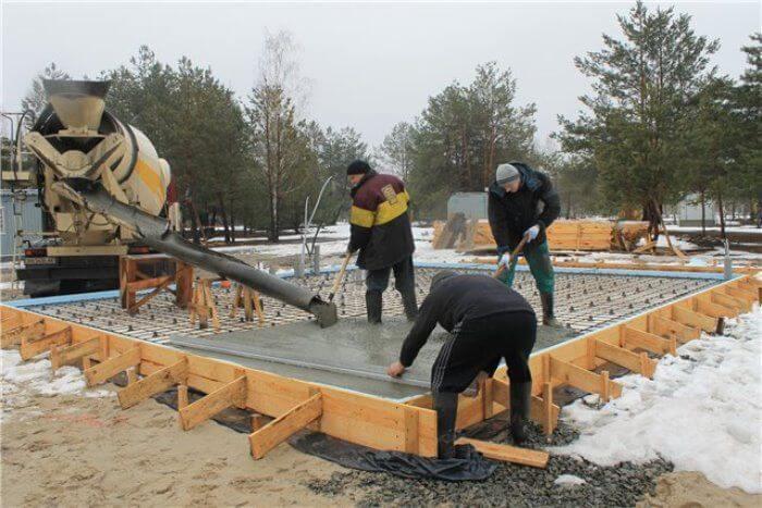 Выгрузка бетона из бетономешалки