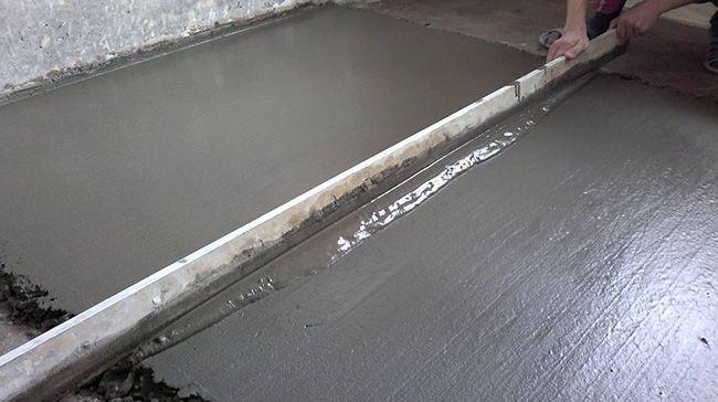 Удаление излишков бетонной смеси с помощью правила