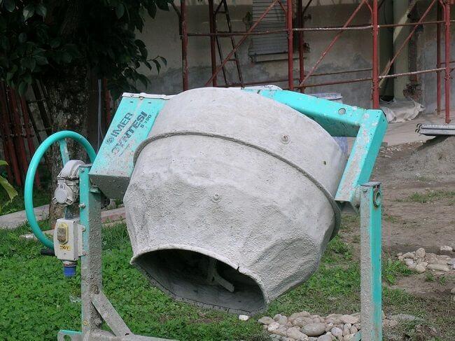 Бетоносмеситель для смешивания цемента, песка и фибры
